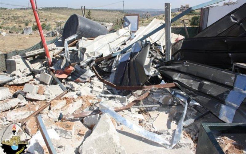 هدم مغسلة سيارات وبركسين تجاريين في قرية حوسان