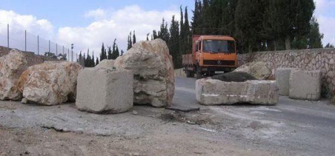 The Israeli Occupation Army blocks the entrances of Beit Ummar