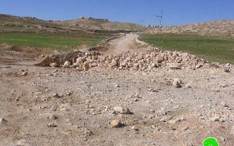 الاحتلال يغلق طريقاً ترابيًا شرق يطا