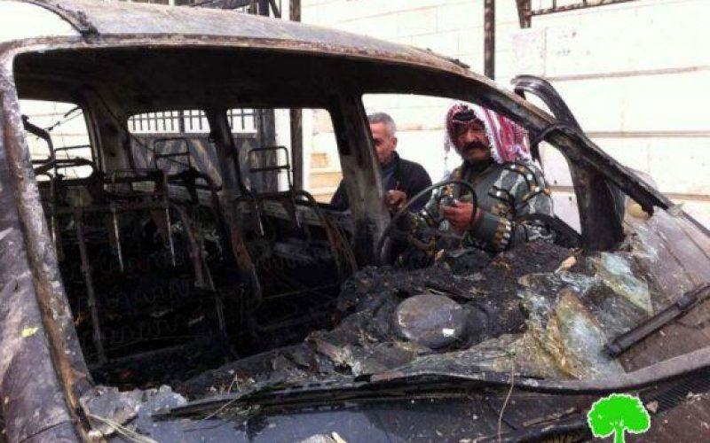 مستوطنو عوفرا  يحرقون سيارتين و يخطون شعارات معادية في قرية دير جرير