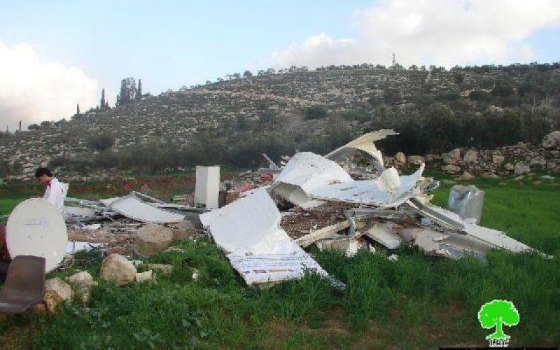 الاحتلال يهدم منزل متنقل غرب بلدة اذنا