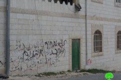 مستعمرون يعتدون على مسجدين ومركبتين فلسطينيتين في قرية تقوع
