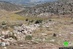جرّف مساحات واسعة من الأراضي وهدم آباراً زراعية في بلدة بيت أولا