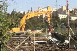 جرافات الاحتلال تجرف أرضاً كانت تستخدم معرضاً للسيارات في حي الشيخ جراح