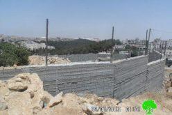 اخطار بوقف العمل والبناء لبئر مياه و جدار استنادي