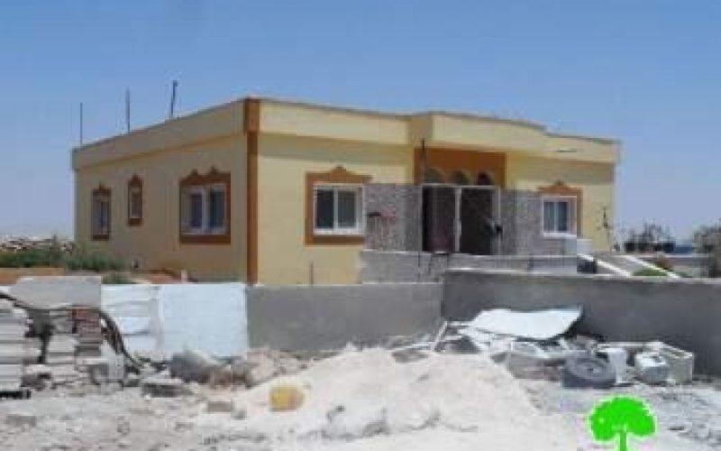 إخطارات بوقف العمل والبناء في خربة الديرات شرق بلدة يطا