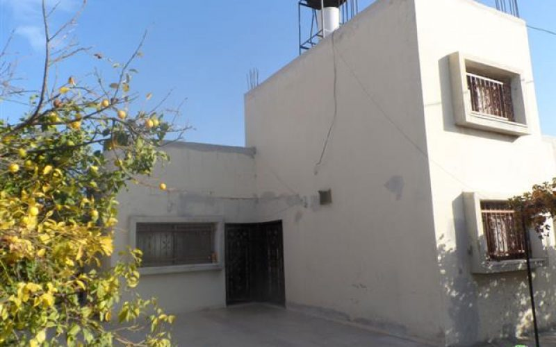 Notifying four residences with stop work in Tulkarm