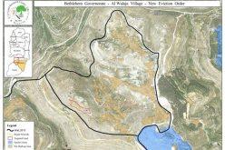 تواصل جرافات الإحتلال عمليات التجريف لأراضٍ زراعية و قلع أشجار زيتون في قرية الولجة