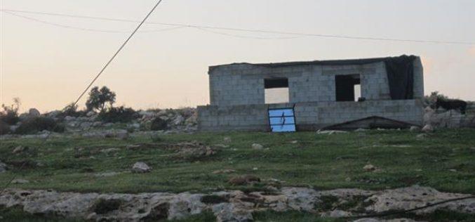 إخطار عائلتين بوقف البناء لمنازلهم في قرية العقبة