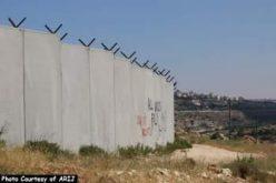 سلطات الاحتلال الاسرائيلي تستكمل بناء الجدار في قرية الولجة الفلسطينية