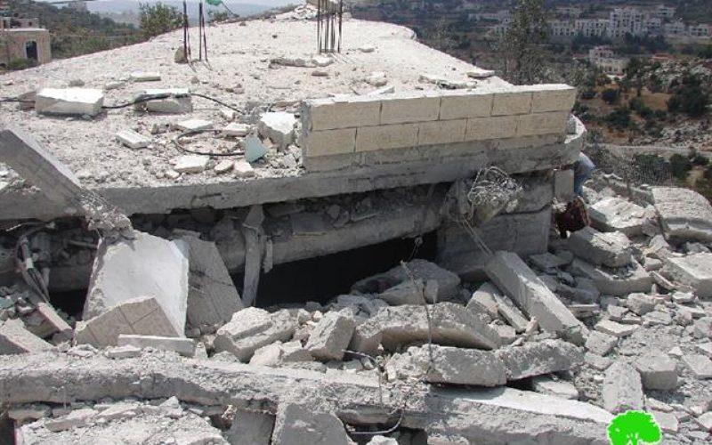 الاحتلال يفجر ويهدم مسكنين ويغلق آخر بالباطون في الخليل