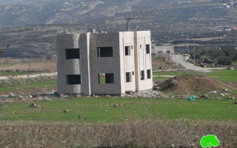 في ظل حملته العدوانية على البناء الفلسطيني, الاحتلال يخطر بوقف البناء لسبع منشآت سكنية وتجارية في قرية حجة / محافظة قلقيلية