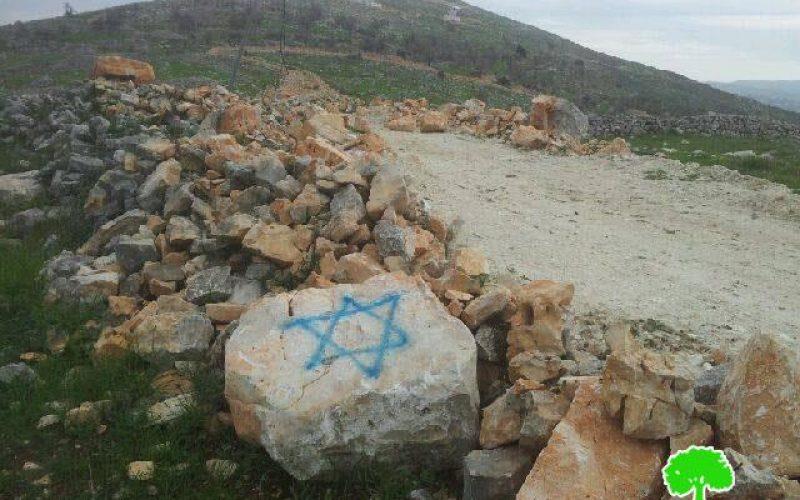 مستعمرون يخطون شعارات تحريضية على جدران منزل في قرية بورين