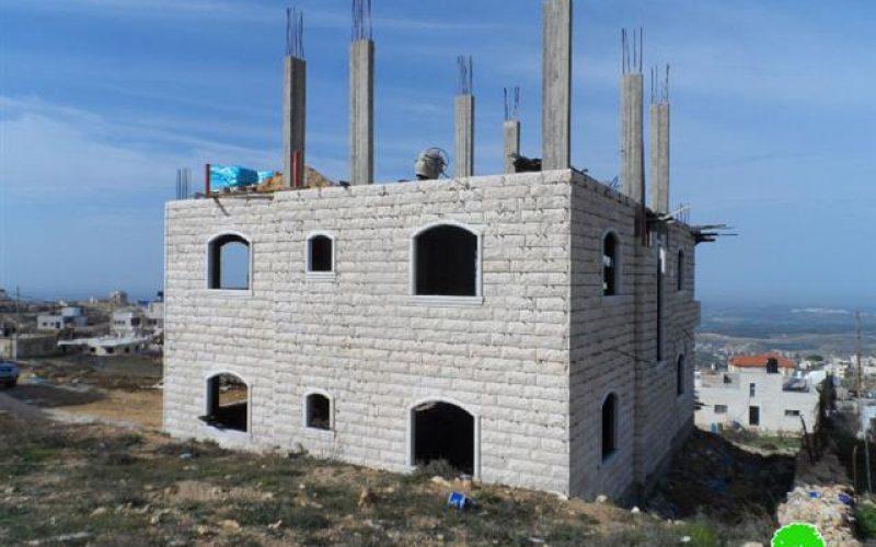 الاحتلال يخطر بوقف العمل في منزلين بمنطقة صافا شمال بيت أمر