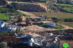 الاحتلال يهدم بركساً زراعياً ومعملاً للألبان في قرية البرج – بلدة دورا