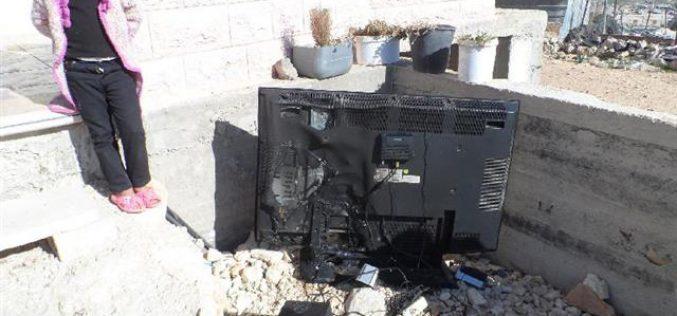 مستعمرون يحرقون منزلاً في قرية الديرات شرق يطا