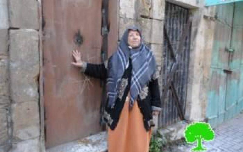 الاحتلال يطرد مواطنة من منزلها ويغلقه بلحام الأوكسجين في شارع الشهداء