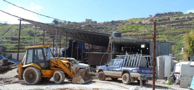 الاحتلال يهدم بئر مياه ويصادر منزل متنقل في خلة الشرباتي – الخليل