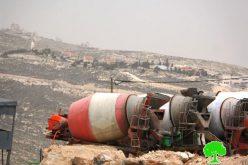 إخطارات بوقف العمل في مصنع للباطون ومنزل وطريق زراعي بقرية البويب
