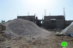 إخطار بوقف العمل في منزل بقرية الديرات شرق بلدة يطا