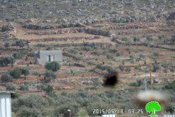 الاحتلال يخطر بهدم شبكة الكهرباء وبئر ومخازن تجارية في قرية قصرة
