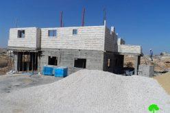 إخطار بوقف العمل في منزل بقرية الرفاعية شرق بلدة يطا