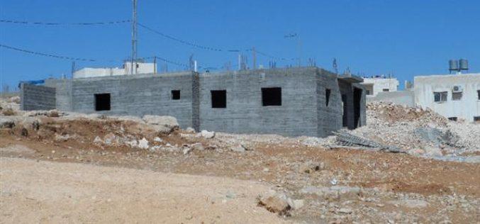 إخطارات بوقف العمل في منزلين بقرية خلة المية شرق يطا