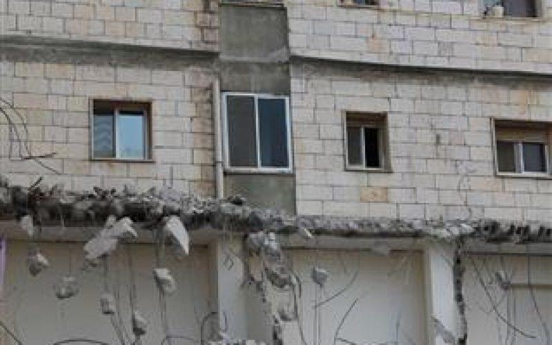 بلدية الاحتلال تهدم 3 شقق سكنية في بيت حنينا شمال مدينة القدس المحتلة بحجة عدم الترخيص