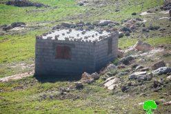 إخطارات بوقف العمل في منزل ومنشآت زراعية بقرية الديرات شرق يطا