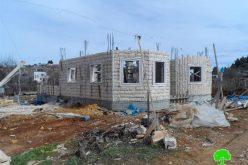 الاحتلال يصادر مواد وادوات بناء من بلدة بيت أمر بمحافظة الخليل