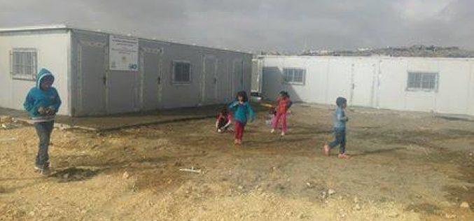 """""""المدرسة عبارة عن كرفانات صفية"""" <br>  الاحتلال يحاصر تجمع أبو نوار ويصادر المدرسة الوحيدة في التجمع بما فيها من محتويات"""