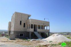إخطارات بوقف العمل وأخرى بالهدم في مساكن بقرية خلة المية شرق يطا
