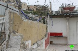Threatened of high fines by the occupation municipality in Jerusalem, a Jerusalemite demolishes his commercial store in Jabal Al-Mukabir area