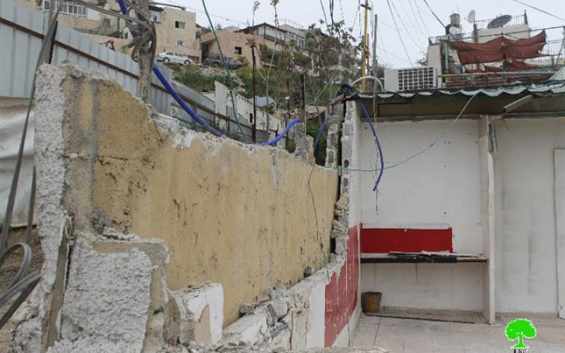 تحت تهديد من بلدية الاحتلال بتغريمه, مواطن يهدم محله التجاري الواقع في جبل المبكر جنوب مدينة القدس