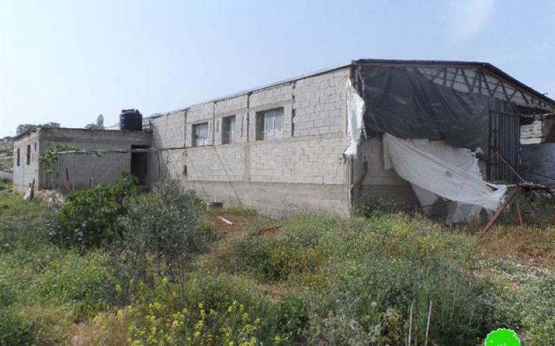 إخطار بهدم مزرعة للدواجن وبئر للمياه في قرية بيت دجن