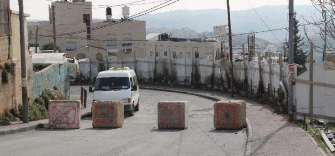 سلطات الاحتلال تغلق شارع المدارس في جبل المكبر بالمكعبات الإسمنتية في القدس المحتلة