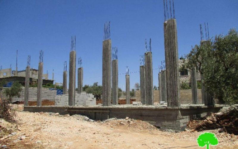 الاحتلال الإسرائيلي يخطر بوقف البناء لسبعة منازل في قرية مجدل بني فضل