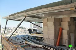 مقدسي يقوم بهدم مسكنه بيديه تنفيذاً لقرار بلدية الاحتلال وذلك بحجة البناء بدون ترخيص في حي رأس العامود بالقدس المحتلة