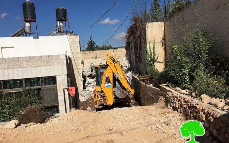 المواطن علون يقوم بهدم مسكنه ذاتياً بعد أن أجبرته بلدية الاحتلال على هدمه في حي الاشقرية ببيت حنينا