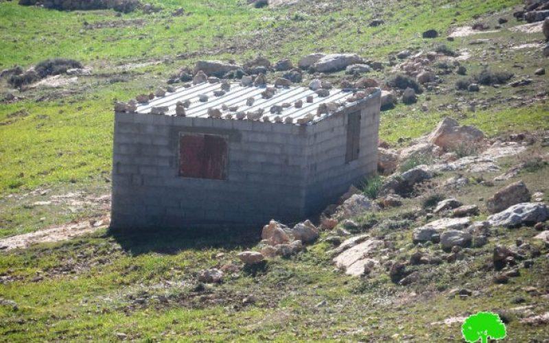 الاحتلال يهدم غرفة زراعية ويجرف قطعة أرض في قرية الديرات شرق بلدة يطا