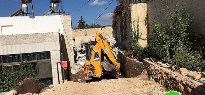 مواطن يهدم مسكنه في جبل المكبر هدماً ذاتياً تنفيذاً لقرار محكمة الاحتلال في القدس