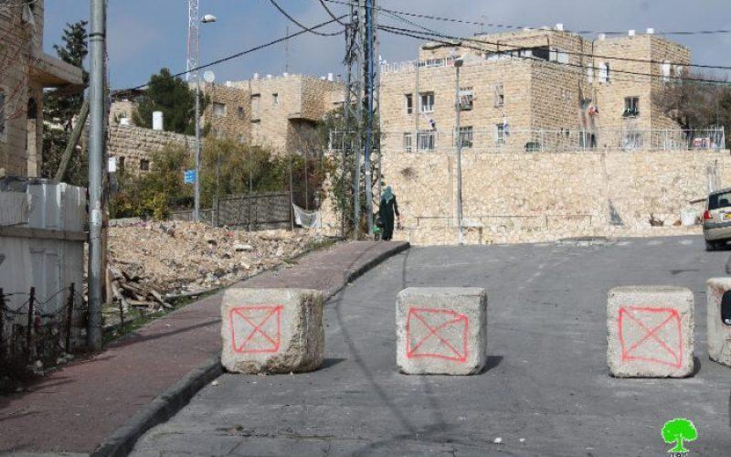 Israeli occupation forces close Al-Madares road in Jabal Al-Mukabir area via road blocks