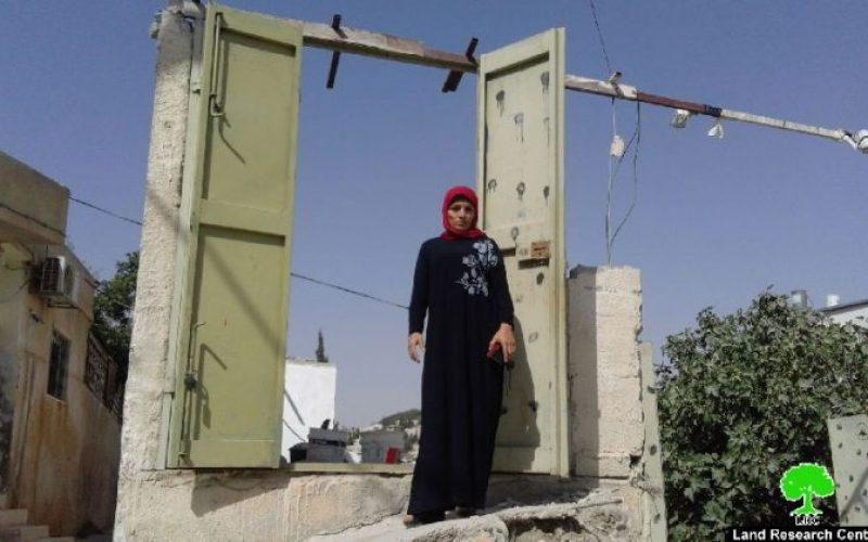 المواطنة سهير أبو رميلة تهدم متجرها هدماً ذاتياً خوفاً من ملاحقة البلدية لهاوتجنباً من دفع غرامات عالية