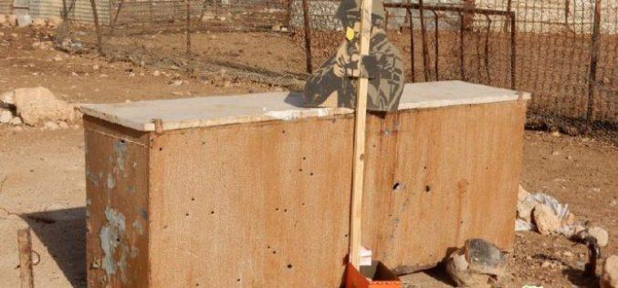 الاحتلال يستهدف بتدريباته العسكرية صهاريج المياه والخيام السكنية في منطقة لفجم شرق بلدة عقربا