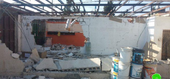 بلدية الاحتلال تجبر مواطنين على هدم محليهما التجاريين في بلدة بيت حنينا بحجة البناء بدون ترخيص
