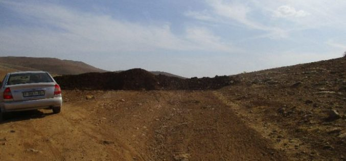 Israeli Occupation Forces close the entrance of Al-Hadidiya hamlet via dirt mounds