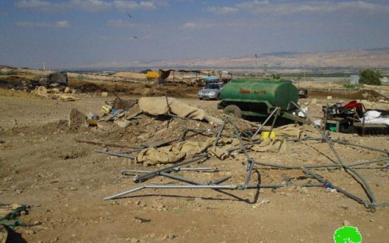 جيش الاحتلال الإسرائيلي يصادر خيام سكنية وزراعية بحجة الإقامة في منطقة يصفها الاحتلال بالمغلقة عسكرياً في خربة الحمة