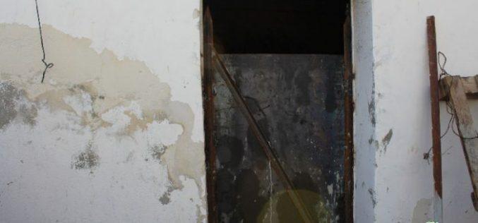 الاحتلال يغلق غرفة مواطن أسير ببلدة يطا
