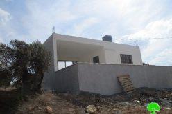 إخطار بهدم غرف زراعية وبئر لجمع الماء ويخطر بوقف البناء لمنزل في بلدة قصرة