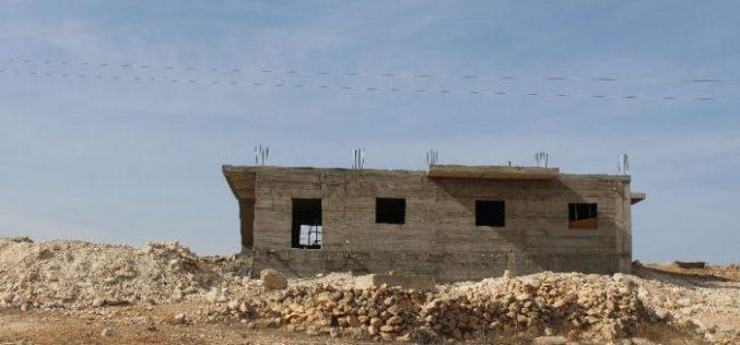 إخطار بوقف العمل في مسكن وبئر مياه في واد العماير شرق السموع